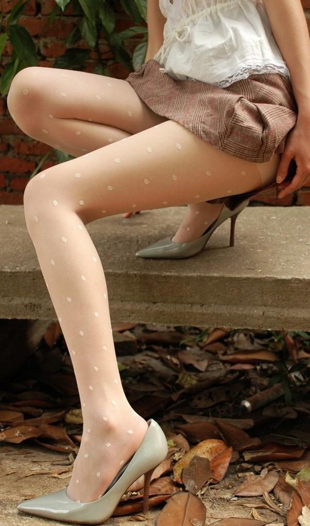 【ヒール美脚エロ画像】足蹴にされながら見上げるのが理想w鋭いヒールがよく似合う美脚www 02