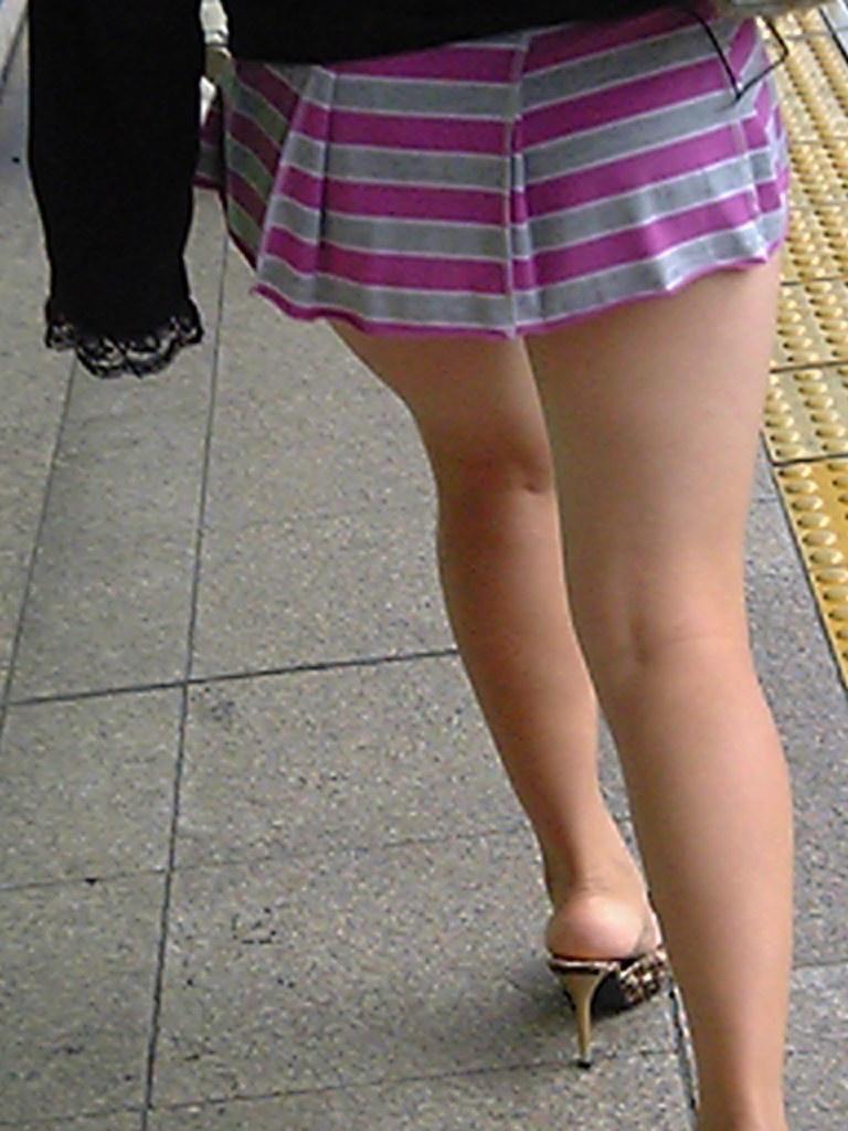【ヒール美脚エロ画像】足蹴にされながら見上げるのが理想w鋭いヒールがよく似合う美脚www 13