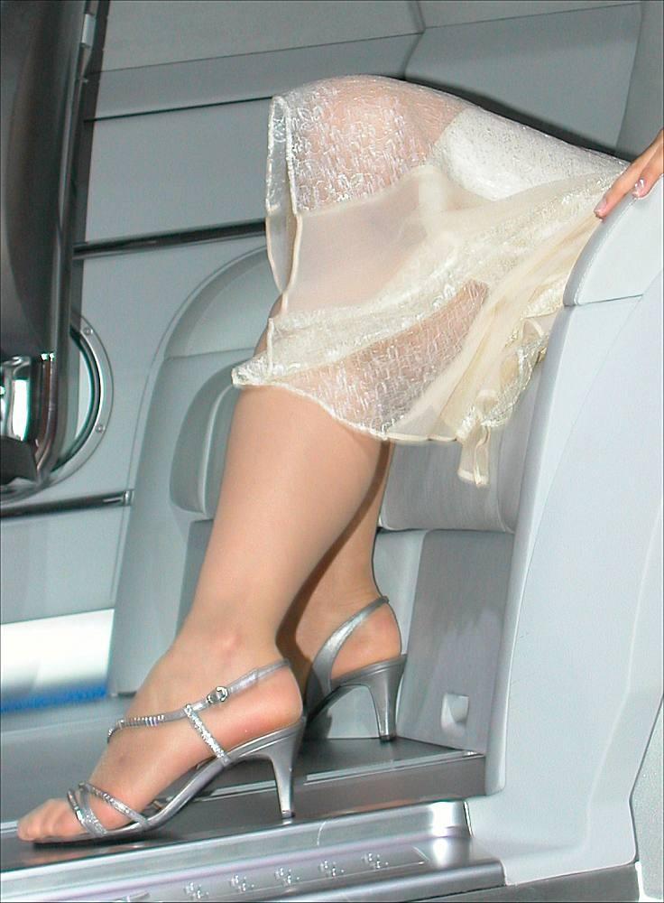 【ヒール美脚エロ画像】足蹴にされながら見上げるのが理想w鋭いヒールがよく似合う美脚www 15