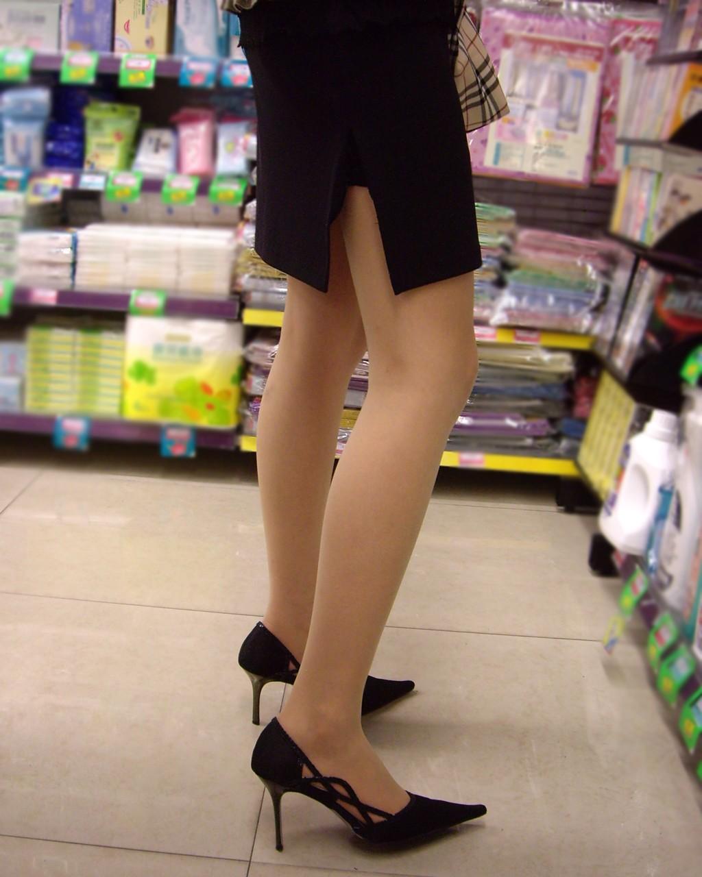 【ヒール美脚エロ画像】足蹴にされながら見上げるのが理想w鋭いヒールがよく似合う美脚www 16