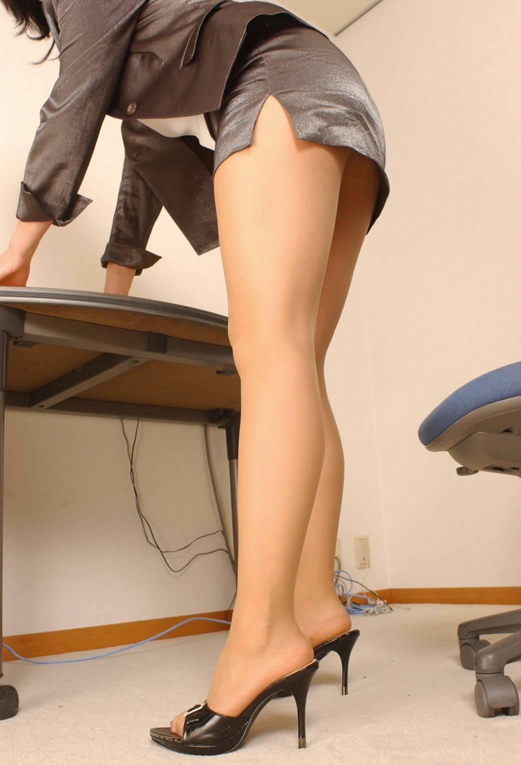 【ヒール美脚エロ画像】足蹴にされながら見上げるのが理想w鋭いヒールがよく似合う美脚www 20