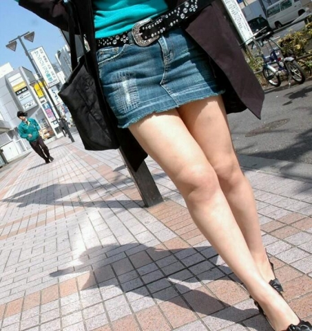 【街角盗撮画像20枚】そこらへんブラブラしてる時に目に入って勃起した素人の生足だけを張ってく!!!!