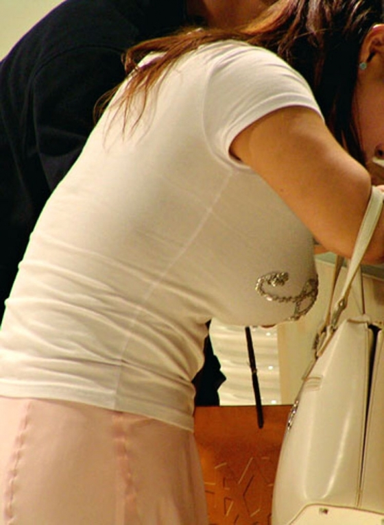 【着衣巨乳エロ画像】この存在感が視線を独り占め!圧倒的な着衣おっぱいwww 09