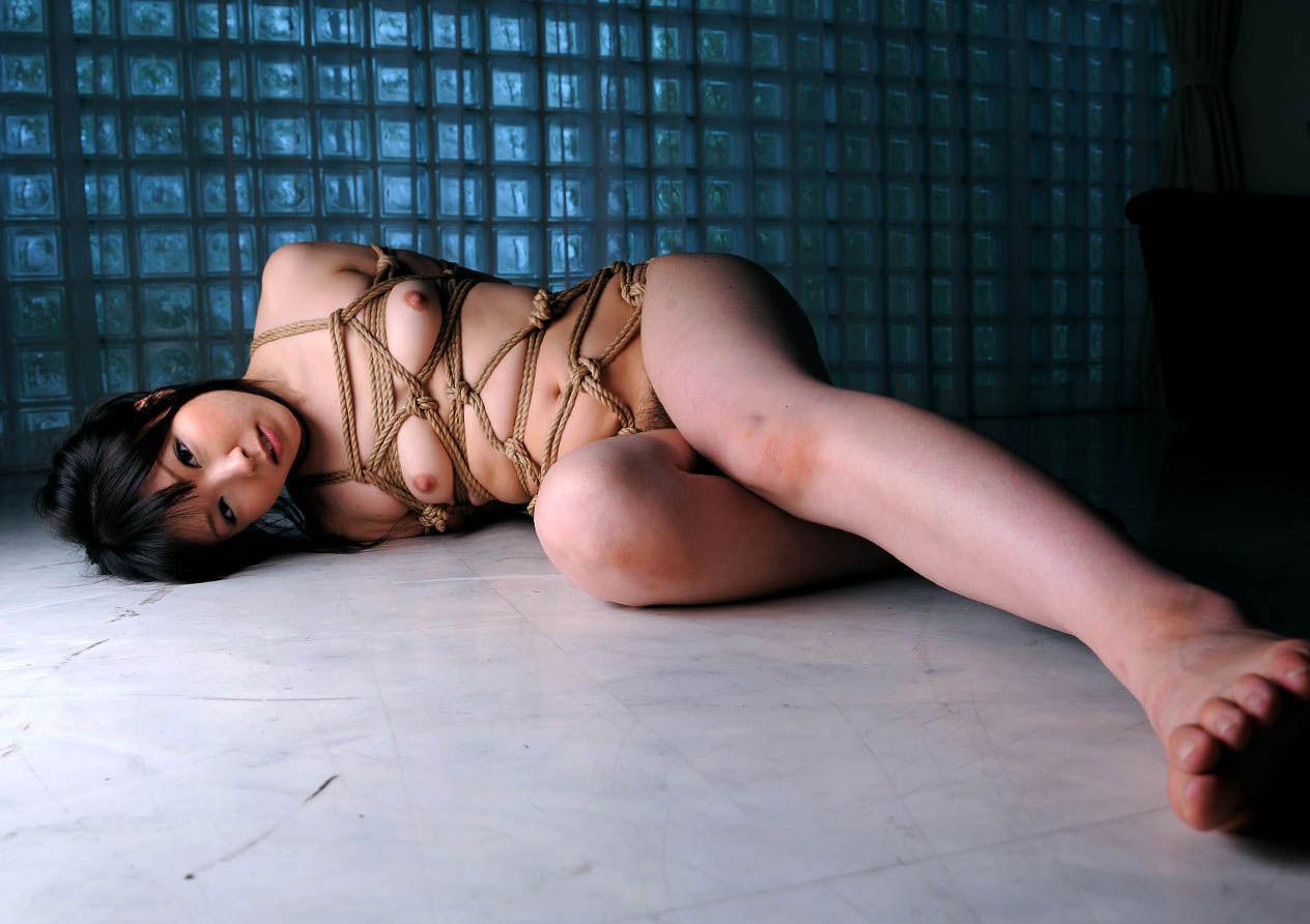 【SMエロ画像】際立ったムッチリ肉が卑猥…と思えたら才覚アリな緊縛女体www 10