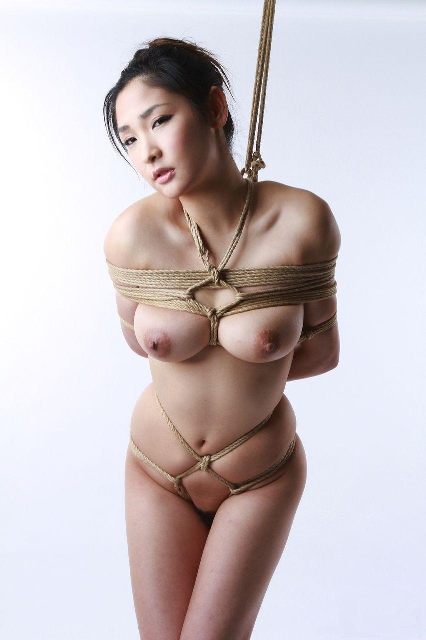 【SMエロ画像】際立ったムッチリ肉が卑猥…と思えたら才覚アリな緊縛女体www 16