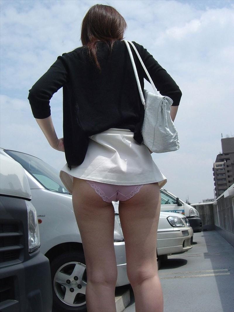 【パンモロエロ画像】プチ露出的に…目の前で下着見せてくれる気前のイイ女www 13