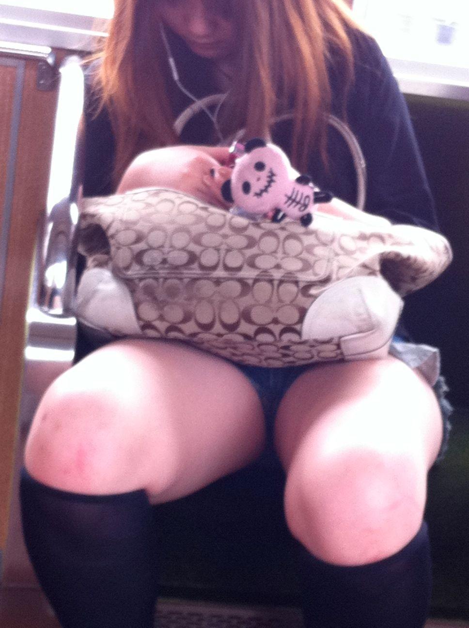 【美脚エロ画像】下着見えなくても十分な脚線美!電車内の絶品美脚を無差別撮りwww 01