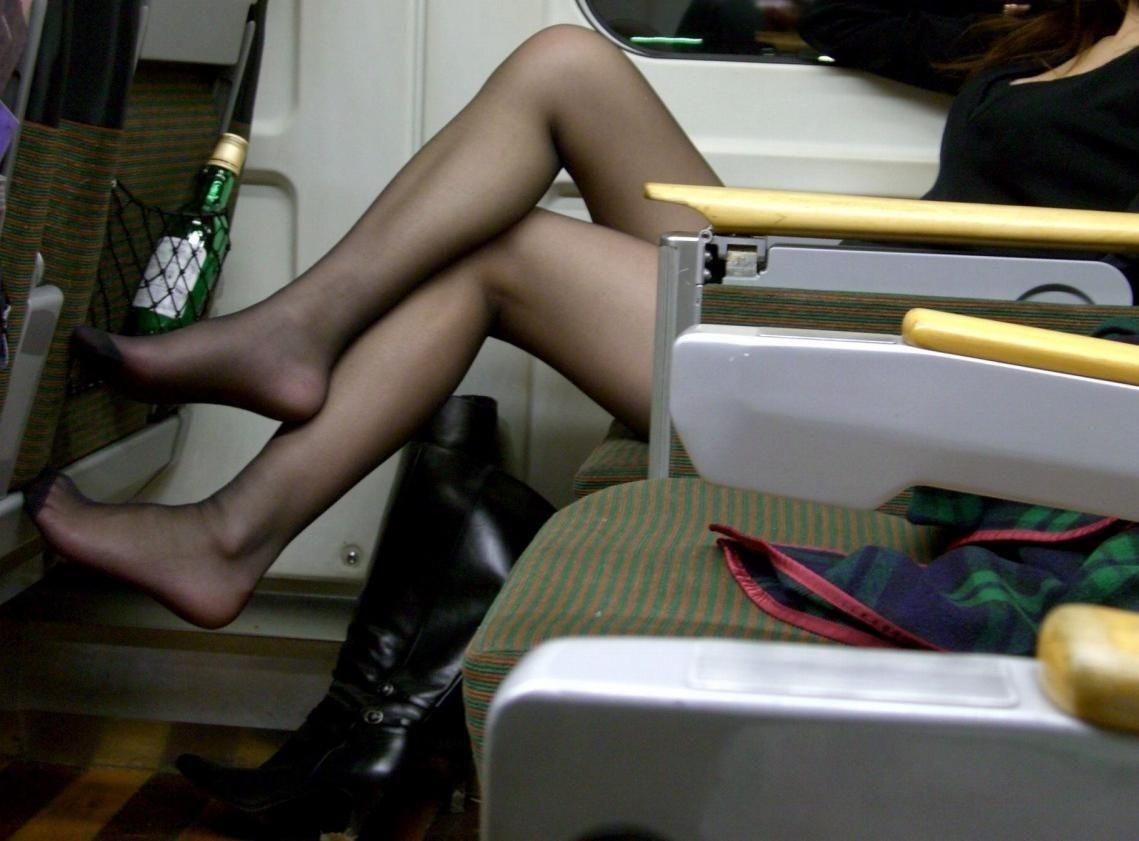 【美脚エロ画像】下着見えなくても十分な脚線美!電車内の絶品美脚を無差別撮りwww 02