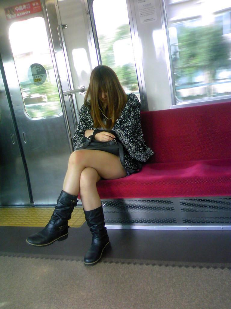 【美脚エロ画像】下着見えなくても十分な脚線美!電車内の絶品美脚を無差別撮りwww 06