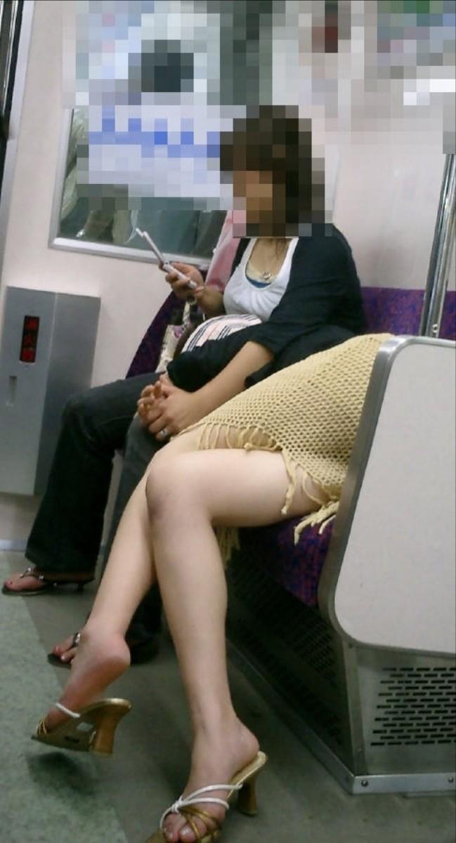 【美脚エロ画像】下着見えなくても十分な脚線美!電車内の絶品美脚を無差別撮りwww 07