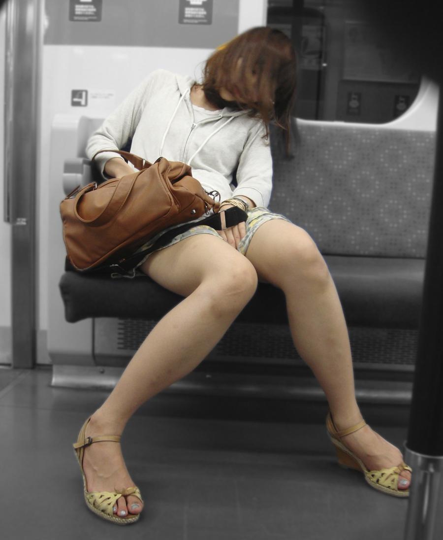 【美脚エロ画像】下着見えなくても十分な脚線美!電車内の絶品美脚を無差別撮りwww 08