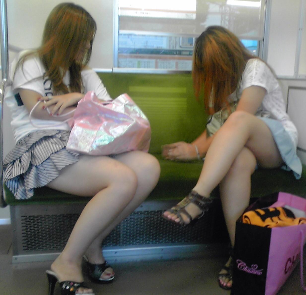 【美脚エロ画像】下着見えなくても十分な脚線美!電車内の絶品美脚を無差別撮りwww 11