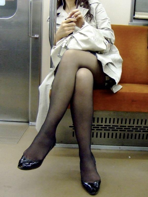 【美脚エロ画像】下着見えなくても十分な脚線美!電車内の絶品美脚を無差別撮りwww 13