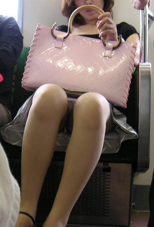 【美脚エロ画像】下着見えなくても十分な脚線美!電車内の絶品美脚を無差別撮りwww 14