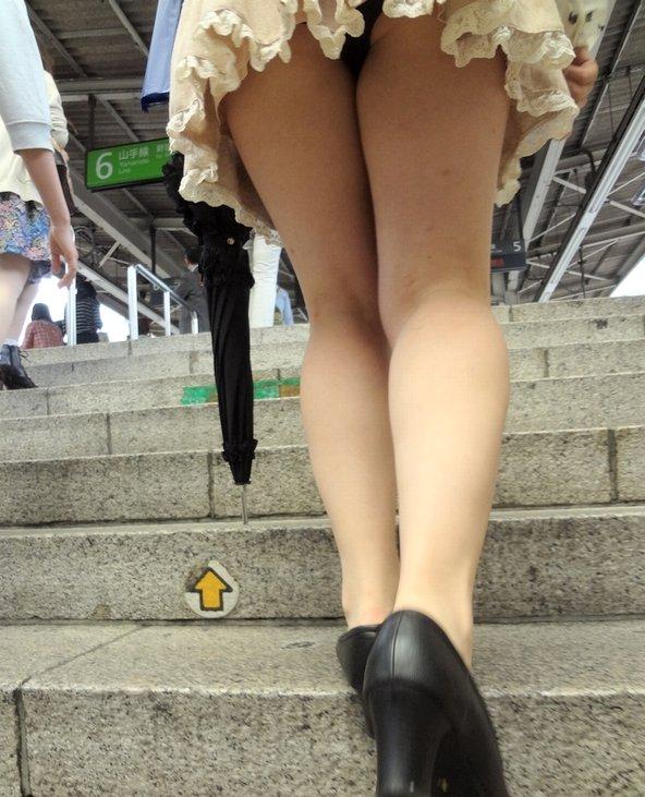 【パンチラエロ画像】短いから見える…コレ必然!ミニスカ女子の因果なパンチラwww 19