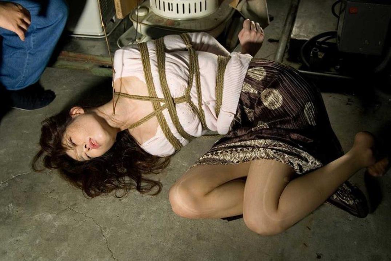 【SMエロ画像】縛ったら構ってあげてw放置が最も辛い緊縛されたM女www 05