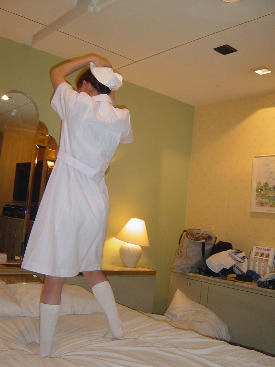 【コスプレエロ画像】検温されとく?スカート決まって短いナースコスの下半身を堪能www 01