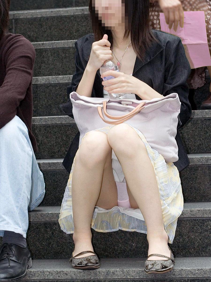 【パンチラエロ画像】迂闊している女子は見逃さない!迷わず激写の対象な座りパンチラ女子www 02