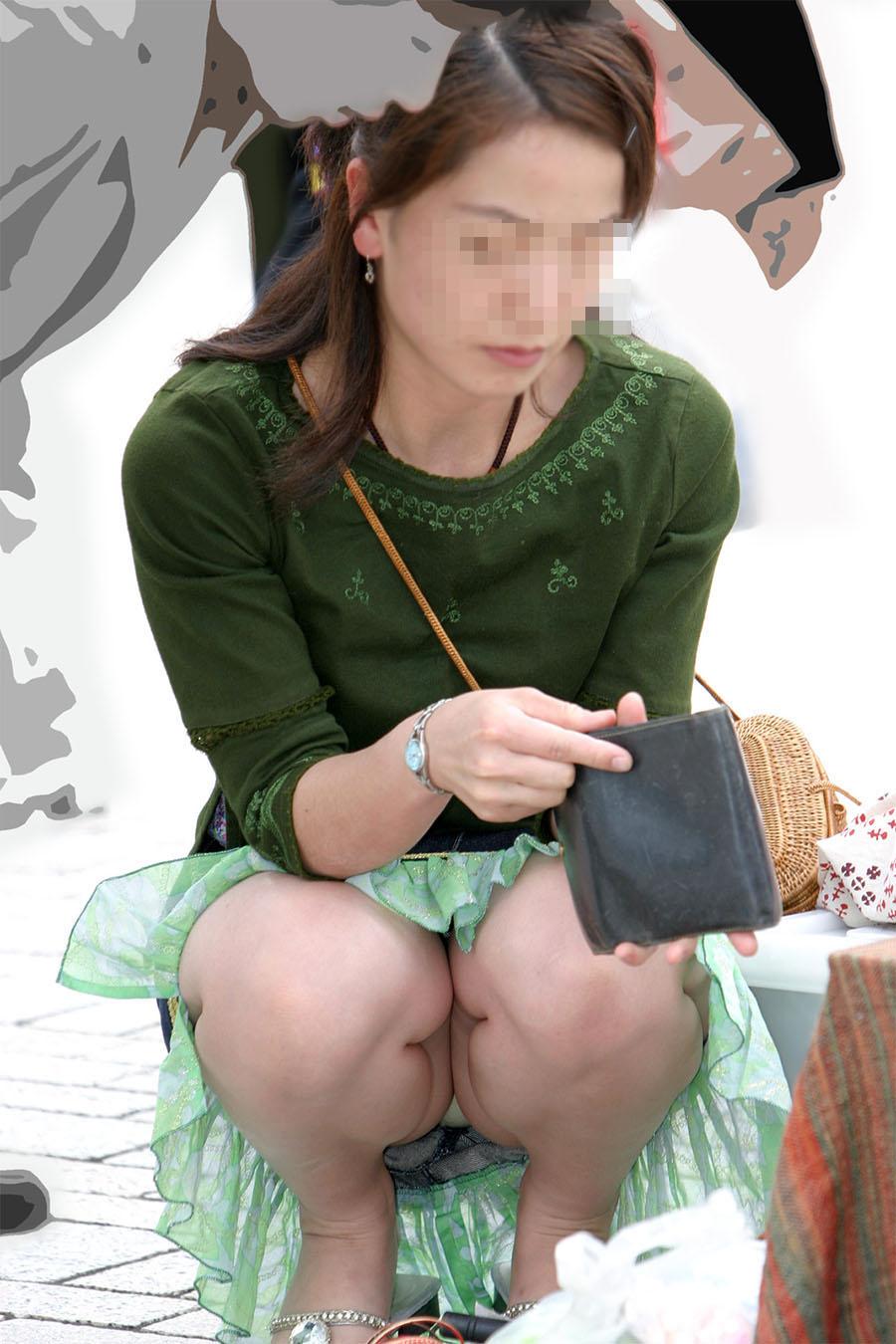 【パンチラエロ画像】迂闊している女子は見逃さない!迷わず激写の対象な座りパンチラ女子www 03