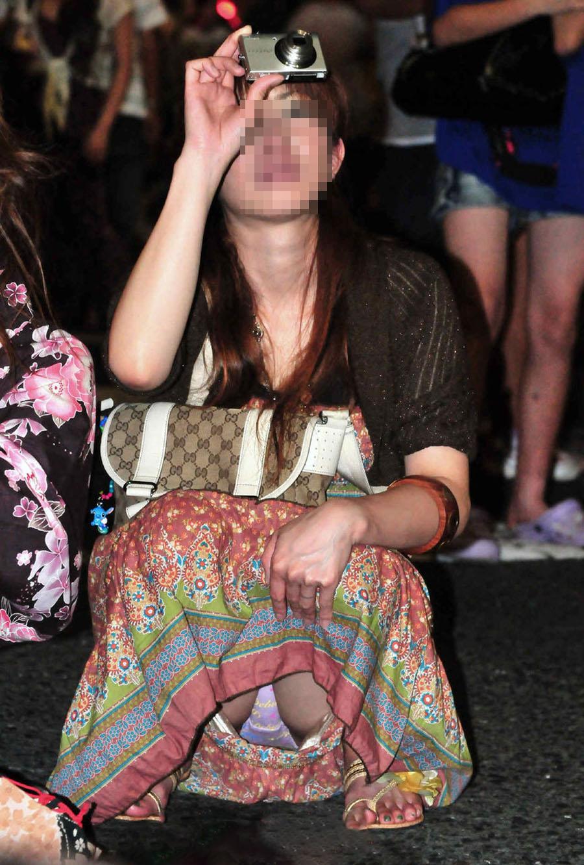 【パンチラエロ画像】迂闊している女子は見逃さない!迷わず激写の対象な座りパンチラ女子www 04