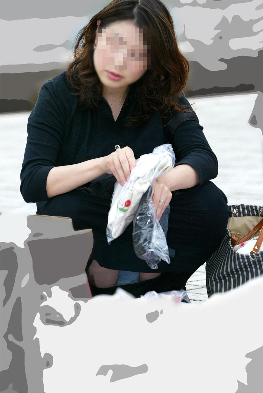 【パンチラエロ画像】迂闊している女子は見逃さない!迷わず激写の対象な座りパンチラ女子www 08