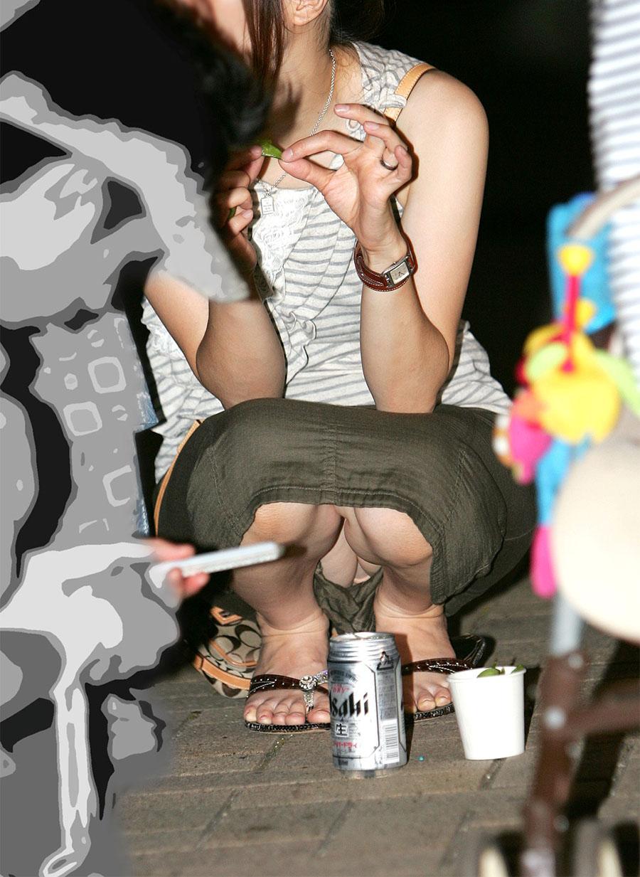 【パンチラエロ画像】迂闊している女子は見逃さない!迷わず激写の対象な座りパンチラ女子www 09