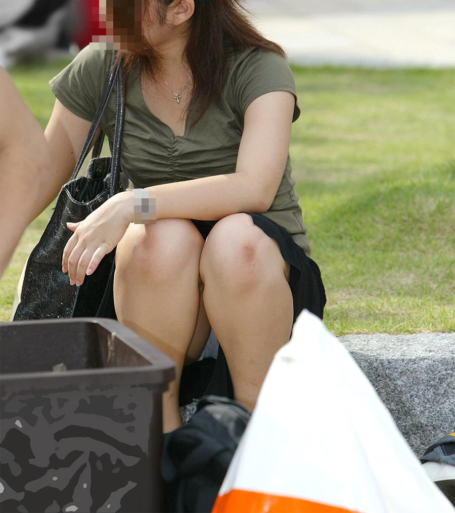 【パンチラエロ画像】迂闊している女子は見逃さない!迷わず激写の対象な座りパンチラ女子www 10
