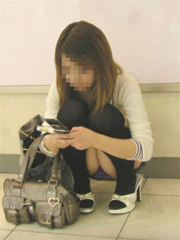 【パンチラエロ画像】迂闊している女子は見逃さない!迷わず激写の対象な座りパンチラ女子www 11