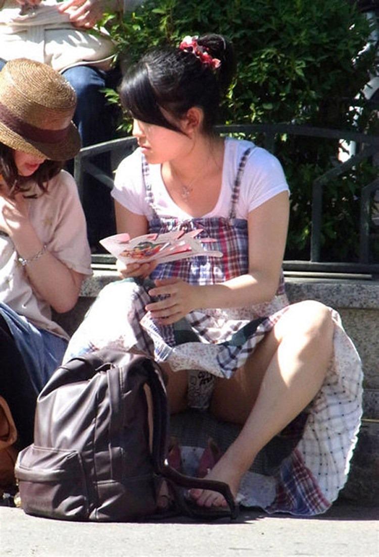 【パンチラエロ画像】迂闊している女子は見逃さない!迷わず激写の対象な座りパンチラ女子www 13