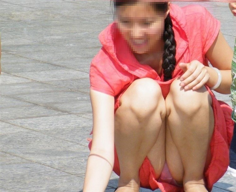 【パンチラエロ画像】迂闊している女子は見逃さない!迷わず激写の対象な座りパンチラ女子www 17