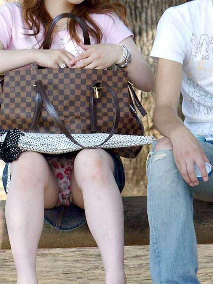【パンチラエロ画像】迂闊している女子は見逃さない!迷わず激写の対象な座りパンチラ女子www 19