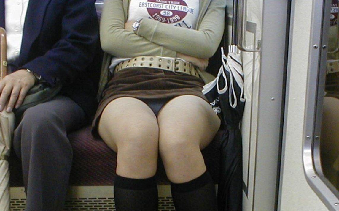 【パンチラエロ画像】対面ゲットしたらそっと覗いて…案外レアな電車内パンチラwww 03