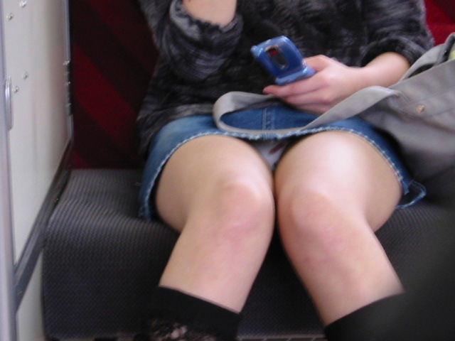 【パンチラエロ画像】対面ゲットしたらそっと覗いて…案外レアな電車内パンチラwww 06