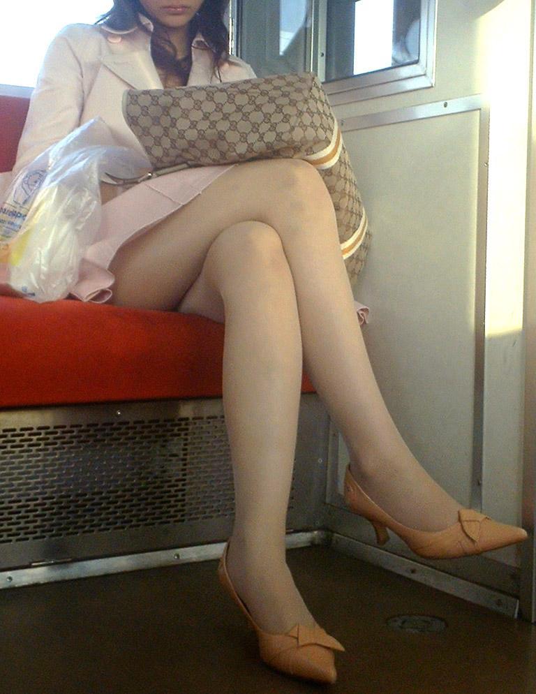 【パンチラエロ画像】対面ゲットしたらそっと覗いて…案外レアな電車内パンチラwww 16