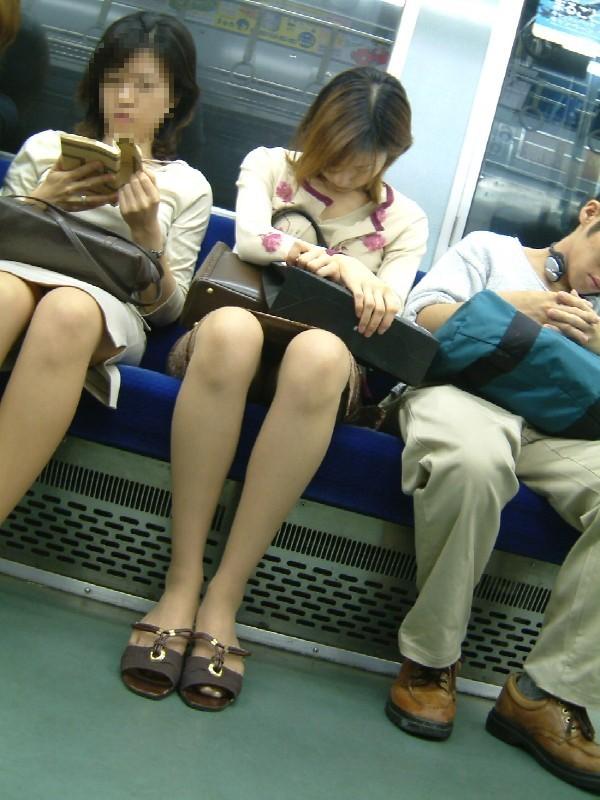 【パンチラエロ画像】対面ゲットしたらそっと覗いて…案外レアな電車内パンチラwww 19