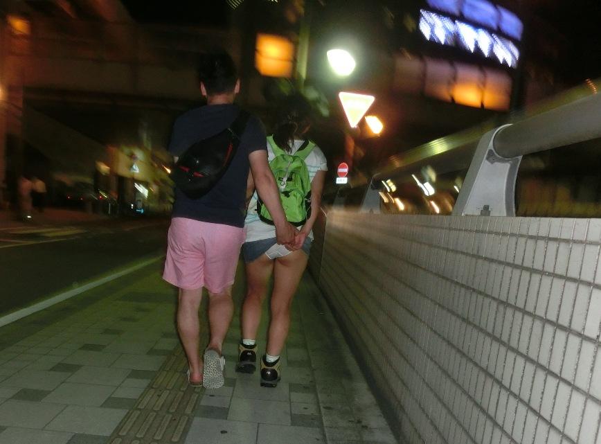 【パンチラエロ画像】必殺スカート捲り!昭和のイタズラ風に強制パンツ晒しwww 06
