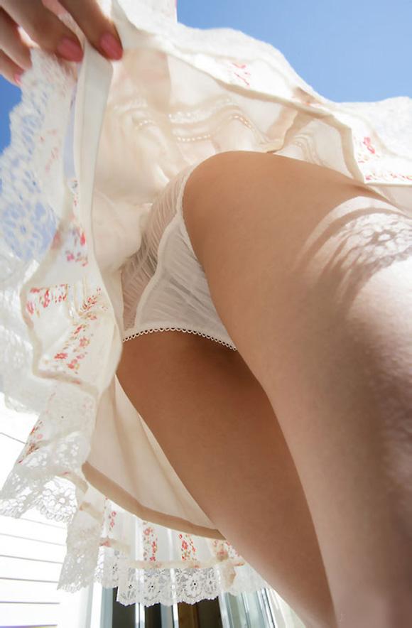 【パンチラエロ画像】必殺スカート捲り!昭和のイタズラ風に強制パンツ晒しwww 11