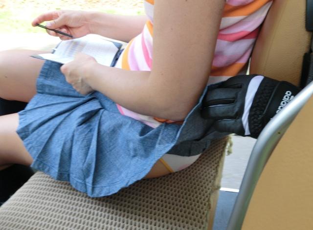 【パンチラエロ画像】必殺スカート捲り!昭和のイタズラ風に強制パンツ晒しwww 18