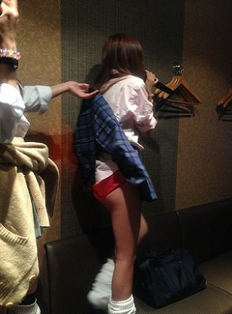 【パンチラエロ画像】必殺スカート捲り!昭和のイタズラ風に強制パンツ晒しwww 19