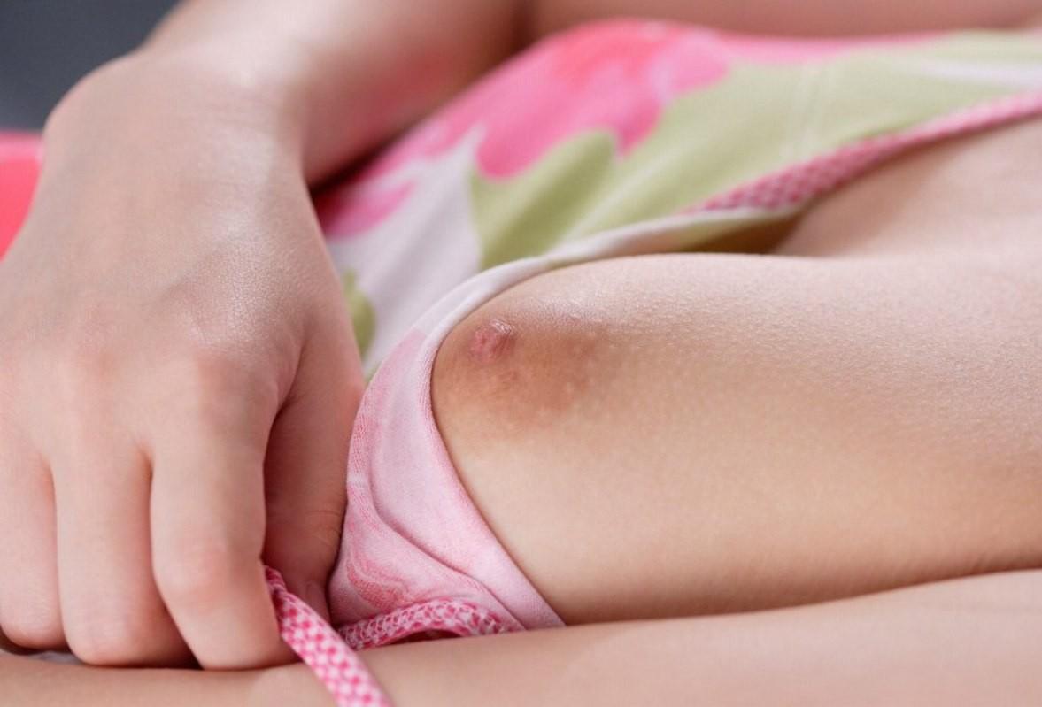 【乳首フェチエロ画像】薄すぎて境目が…ではこの手で染めてしまえ的な色素の弱い乳首と乳輪www 05