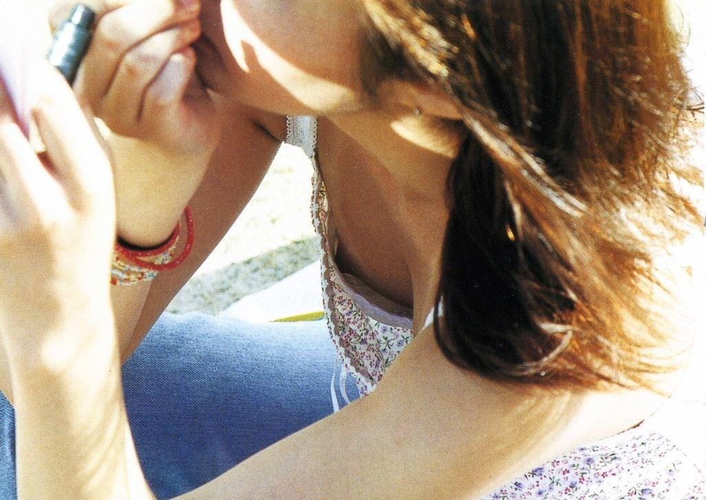 【胸チラエロ画像】夏だねぇ…薄着がイイと思わせる乳首チラった迂闊な方々www 20