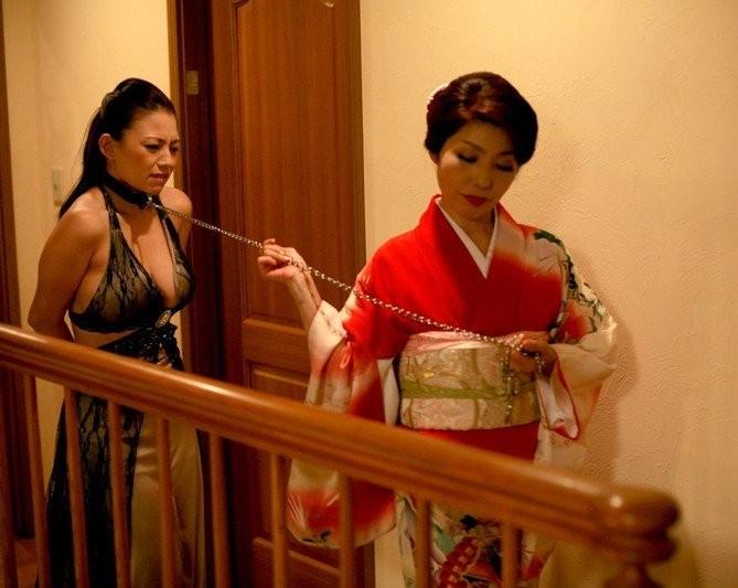 【SMエロ画像】装着中はあくまでペット扱いw首輪かけてM女を調教中www 16