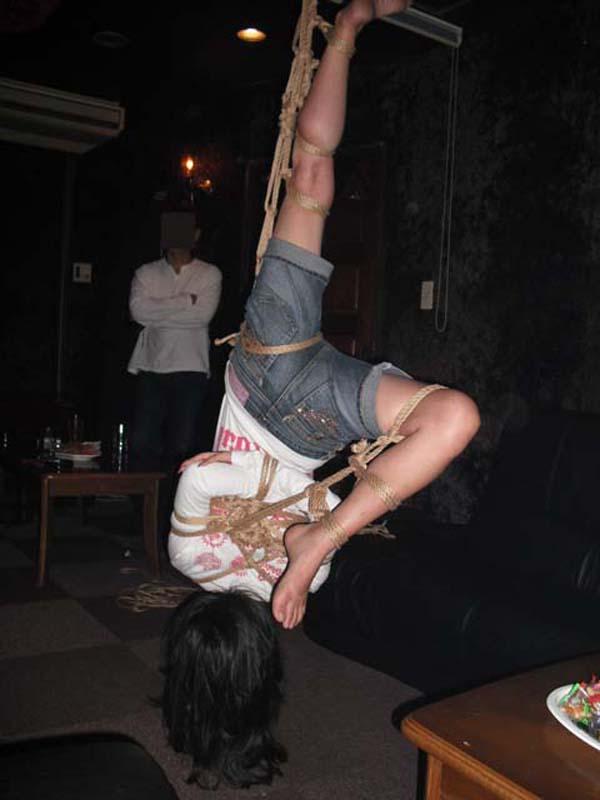 【SMエロ画像】揺れる度に苦痛…目覚めれば心地いいらしい宙吊り緊縛www 05