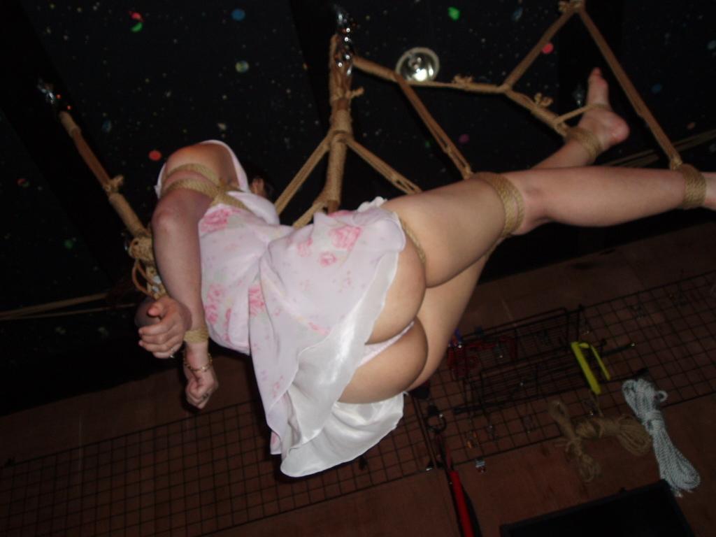 【SMエロ画像】揺れる度に苦痛…目覚めれば心地いいらしい宙吊り緊縛www 07
