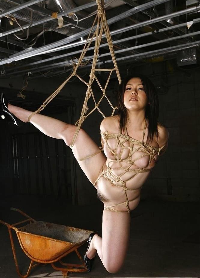 【SMエロ画像】揺れる度に苦痛…目覚めれば心地いいらしい宙吊り緊縛www 08