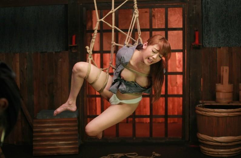 【SMエロ画像】揺れる度に苦痛…目覚めれば心地いいらしい宙吊り緊縛www 09