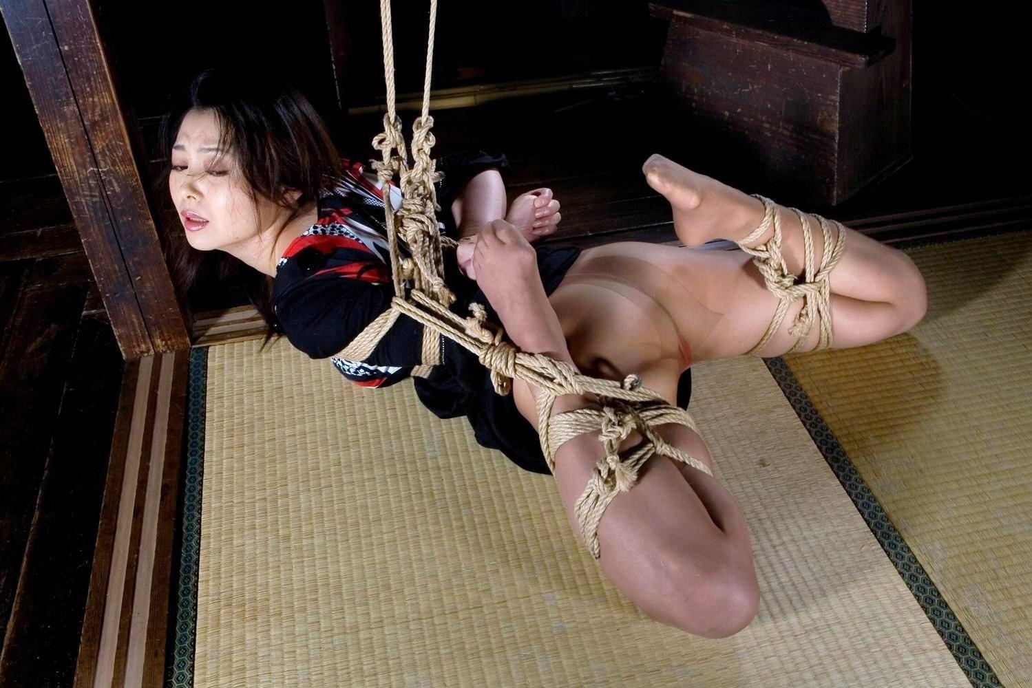 【SMエロ画像】揺れる度に苦痛…目覚めれば心地いいらしい宙吊り緊縛www 13