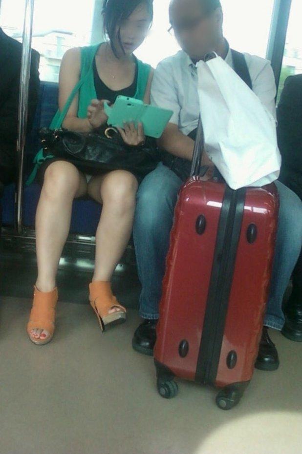 【パンチラエロ画像】座席で涼みながら眺める絶景w対面独占のパンチラ鑑賞www 05