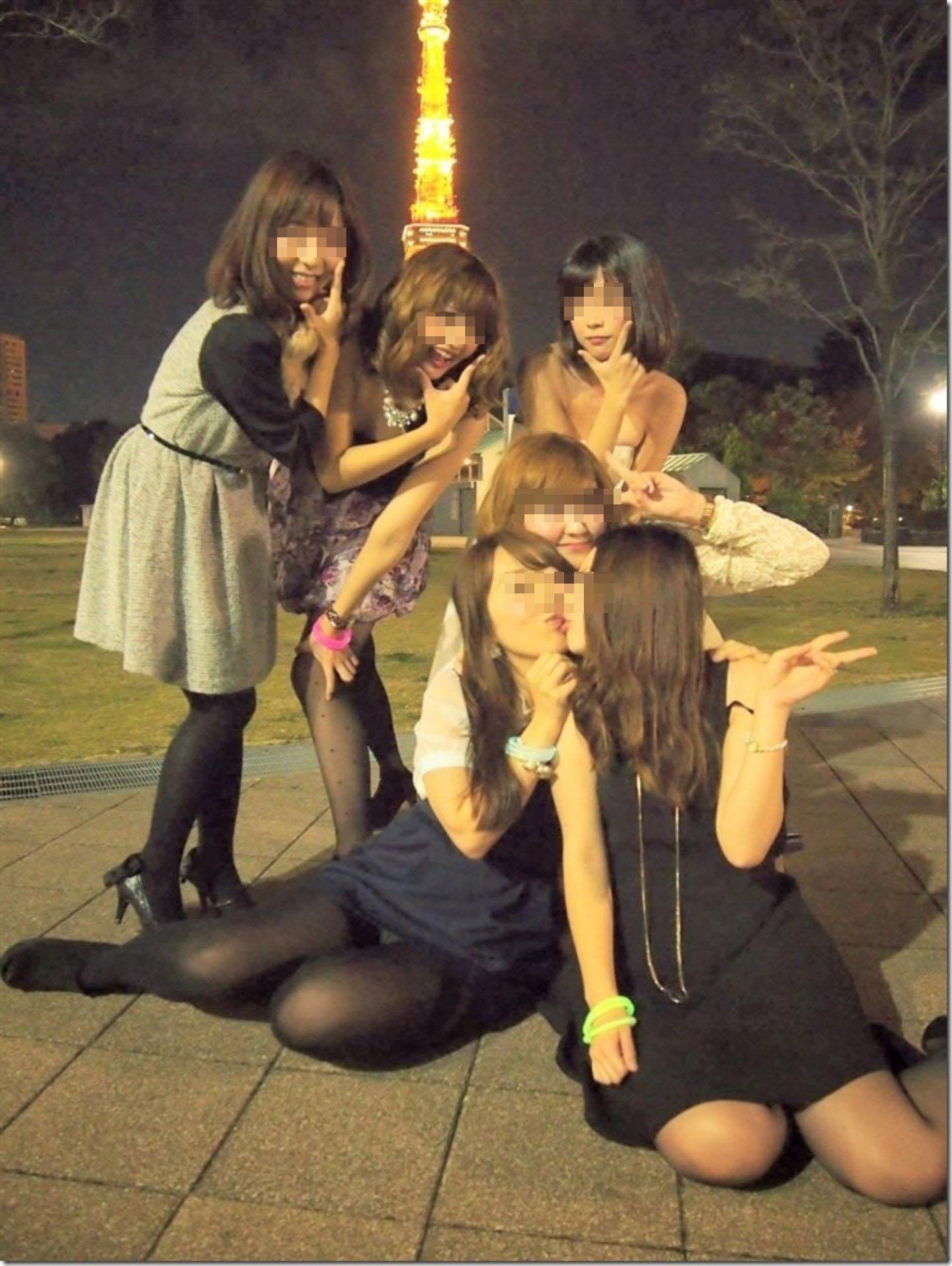 【パンチラエロ画像】偶然か故意か!?友人疑ってしまう記念写真パンチラwww 09