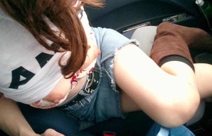 【車内露出エロ画像】運転中に挑発してナニしたいの…?車内で脱ぎ出すスケベ淑女www 001